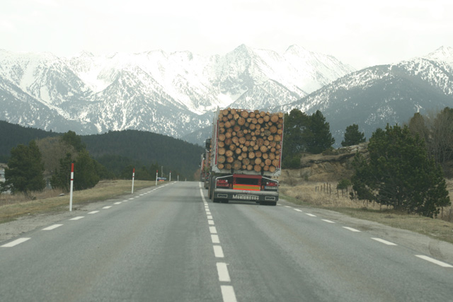 Incluso en primavera no es extraño que la nieve se acerque a la ruta de los Volvo madereros.