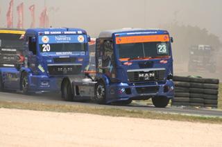 Con treinta camiones en pista las batallas en la zona media del pelotón son así de duras.