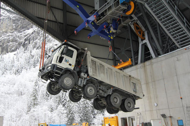 El teleférico de gran capacidad es el único medio para un camión pesado de alcanzar los 2.000 metros de altitud.