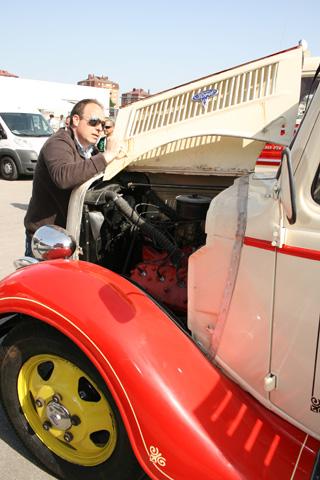 Este Ford se mueve gracias a un motor de ocho cilindros en V alimentado por gasolina.