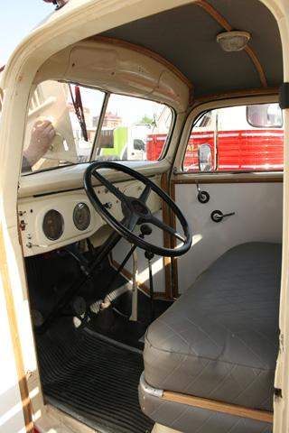 El interior de la cabina nos recuerda como era conducir camiones hace más de 60 años.