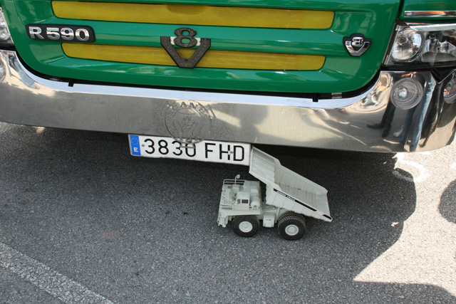 Donde mostrar mejor nuestra maqueta de un dumper que la sombra de un buen camión.