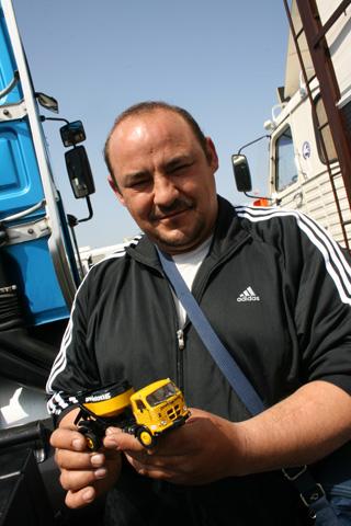 José María con su estupendo mini Pegaso Comet para transporte de hormigón.