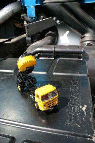 El minipegaso Comet con la carrocería especial para cargar hormigón, cuando no existían hormigoneras.
