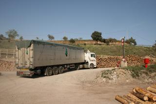 El aserradero es un foco de actividad para el transporte de la madera y sus derivados.