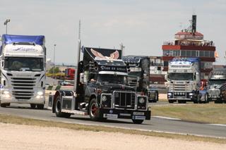 Curioso contraste entre el veterano International y los Scania.