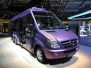 Un curioso minibús urbano de tres ejes creado a partir de una Sprinter.