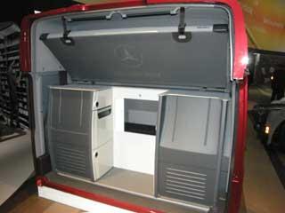 Si al Actros se le suprime la litera inferior a cambio nos ofrece una equipadísima cabina monoplaza.
