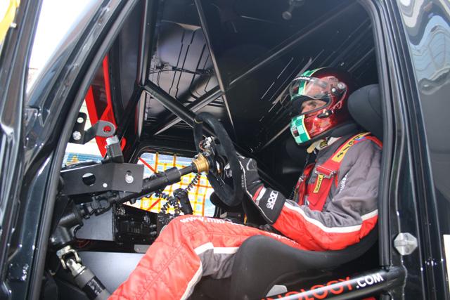 Markus Oestreich concentrado a punto en la cabina de su Renault Premium Corse.