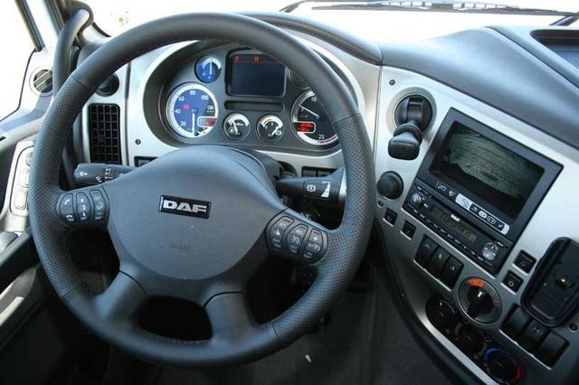 El volante multifunción controla tareas como el control de crucero, equipo audio, teléfono, etc.