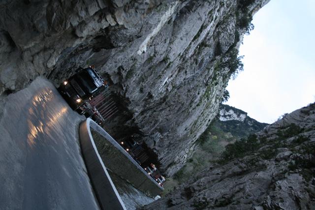 El Convoy de Volvos FH 16 cruzando el estrecho desfiladero conocido como Gorges de Saint Georges.