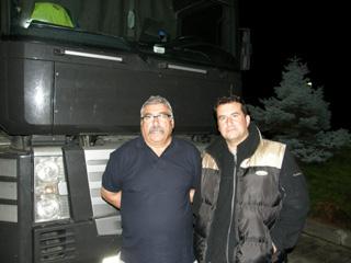 En la gasolinera de Cercs coinciden los Valencia; el hijo Óscar con su Volvo y su padre Juan al volante de un Magnum cerealero.