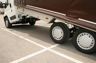 El propio chasis se inclina y facilita la carga de vehículos.