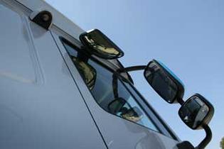 En el lateral derecho de la cabina a los retrovisores se suma la presencia de una de las cámaras de maniobra.