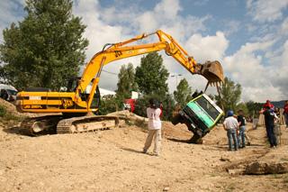 La excavadora con orugas es el medio de rescate más eficaz en este deporte.
