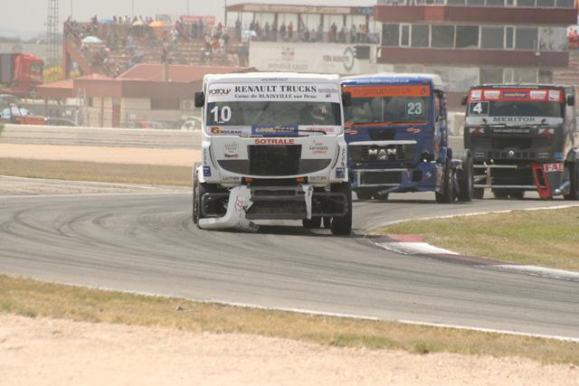 A medida que se completan las vueltas se van perdiendo piezas de los camiones.