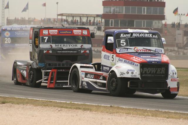 Duelo de pilotos checos: Lacko con su Renault Premium y Vrsecky con Freightliner Buggyra.