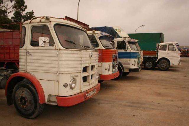 Como en cualquier aparcamiento de las rutas españolas 40 años atrás; territorio Pegaso.