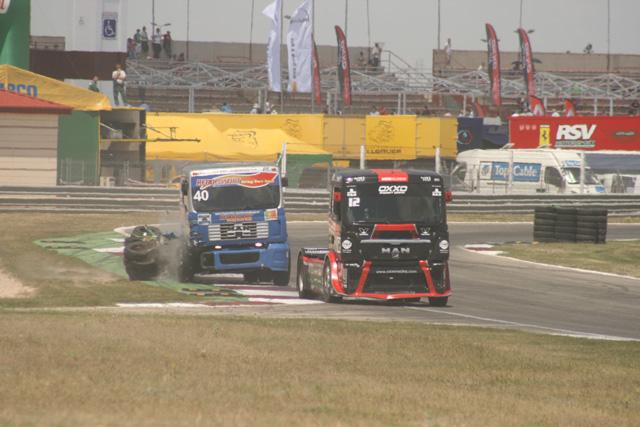 El portugués Rodrígues tuvo sus problemillas con los neumáticos del límite de trazada.