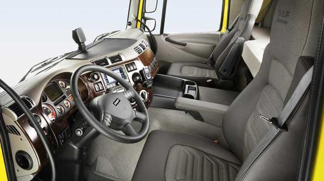 El puesto de conducción de un DAF, concepto típicamente europeo, cómodo, pese a que la cabina no ocupa mucho más de 2 metros.