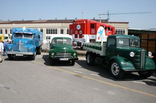 Años 50; camiones pequeños y con cabina de morro como el Leyland Comet, Opel Blitz y Austin.