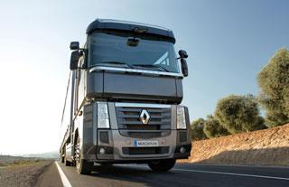 El eje directriz en posición adelantada da al Renault Magnum su característica apariencia única en Europa.