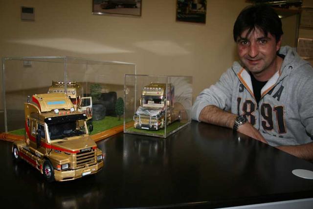 José Manuel adora sus camiones, los cuida, los conduce y además los reproduce en miniatura.