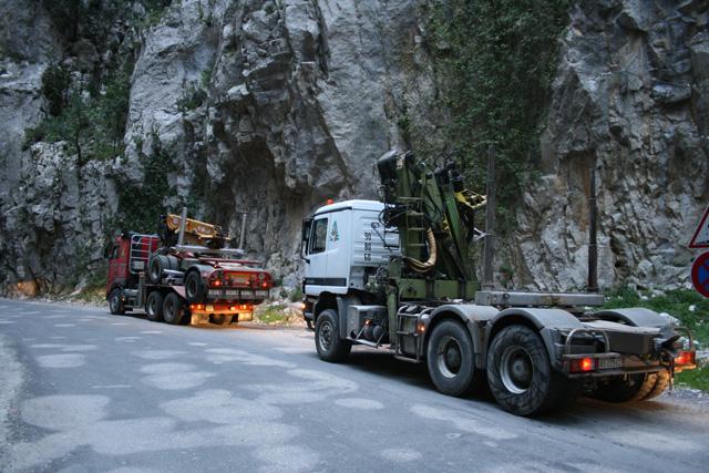 En las rutas montañosas es normal que los transportistas deban cederse el paso en los puntos más estrechos.