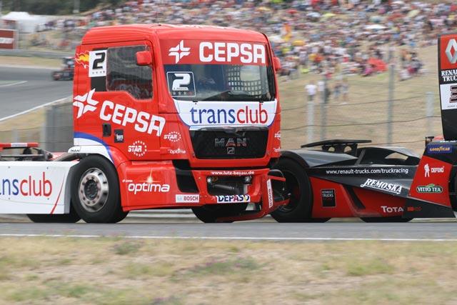 La posición en pista se defiende a costa de la integridad del propio camión.