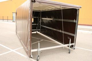 El toldo va montado sobre una estructura rodante y se puede instalar en pocos minutos.