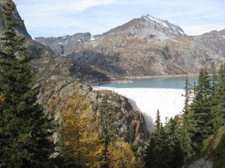 Dos lagos cercanos a diferente nivel posibilitan este tipo de centrales hidroeléctricas.