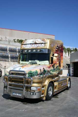 El otro buque insignia es esta espectacular tractora de morro Scania.
