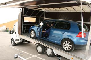 La apertura lateral facilita el acceso al vehículo transportado.
