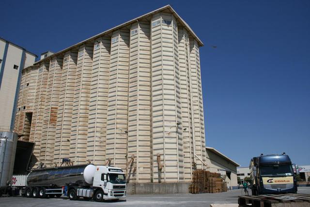 Piensos Costa en Fraga es uno de los puntos de descarga donde acuden las bañeras cerealeras de Cotraman.