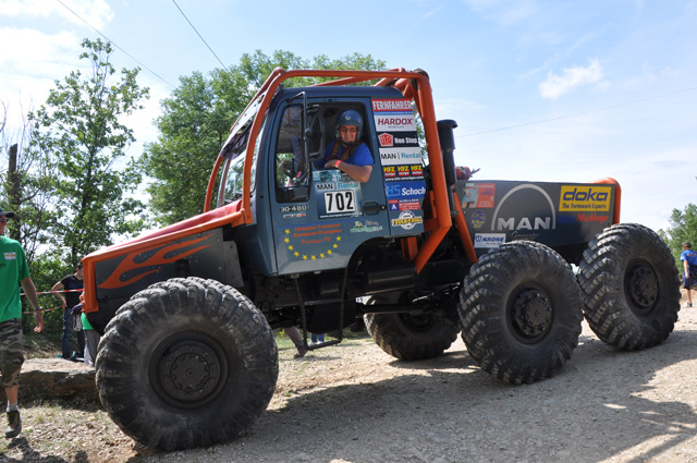 El proto 6X6 de tres ejes tractores y directrices es de origen MAN, aunque casi irreconocible.