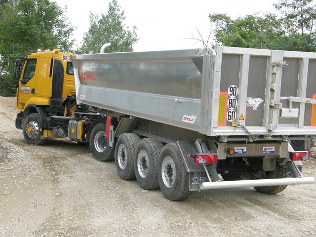 La tractora Premium Lander Optitrack ofrece tracción total pero es 490 kgs más ligera que un Kerax 4X4 equivalente.