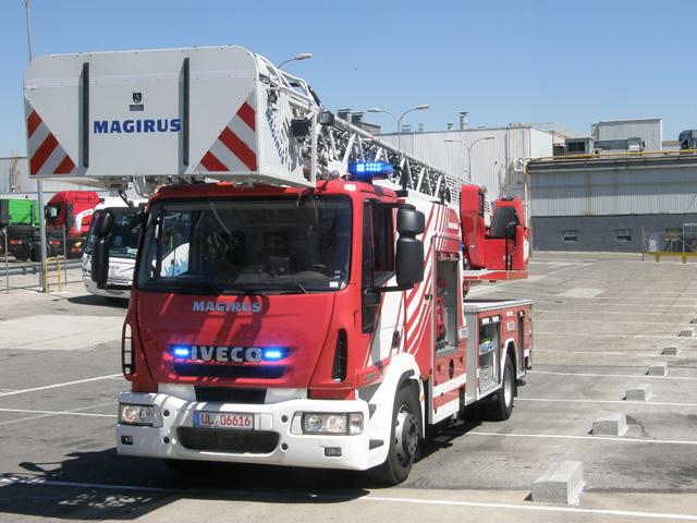 Gracias a sus 300CV de potencia, caja automática Allison y maniobrabilidad el camión escala de bomberos se mueve ágilmente.