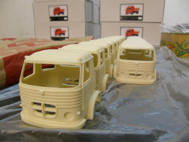 """¡La producción en marcha de nuevo! Sí son cabinas del Pegaso 1065, Europa, pero a escala 1/43 en la """"fábrica"""" Modeltrans."""