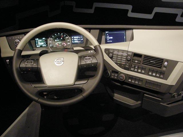 El volante incorpora muchos controles del nuevo Volvo FH.