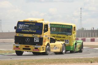 ¿Copa de clásicos? Pese a los años siguen en estupenda forma los Mercedes de los Vila y Orlando, dando espectáculo.