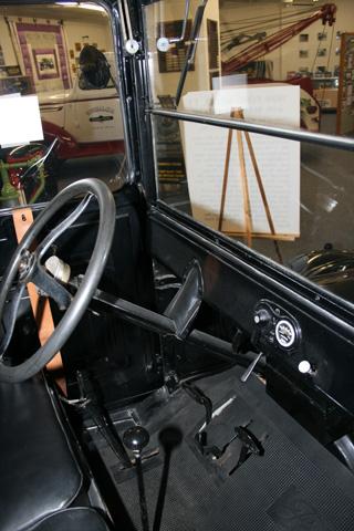 Cabina y puesto de conducción de un Ford T de hace aproximadamente 100 años.