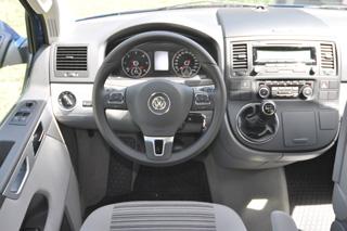Puesto de conducción del Volkswagen California, con caja manual de 6 velocidades.