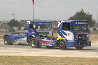 David Felipe con su MAN del Motor Club Circuito de Albacete, defiende la posición en carrera.