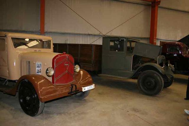 Un Renault junto a un ZIL de la guerra civil española, dos pesos pesados de los años 30.