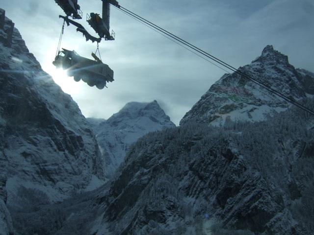 No es una alucinación, en los Alpes suizos algunos camiones, como este Astra 8x6, realmente vuelan.