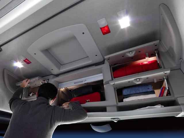 Esta cabina ofrece más de mil litros de volumen útil en sus armarios.