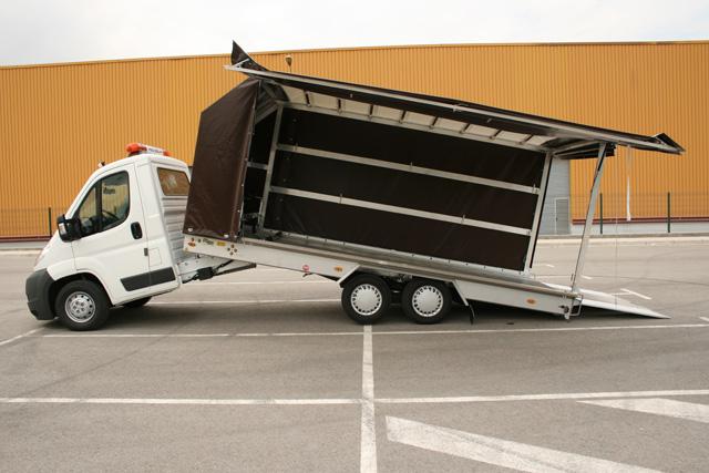La grúa plataforma articulada de tres ejes llega a los 5.200 kgs de MMA y carga 2.500 kgs.
