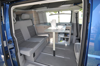 El interior del Volkswagen California dispuesto como salón comedor.