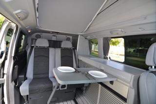 Vista interior del salón comedor del Mercedes Benz Viano Marco Polo.