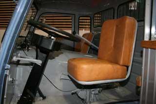 La cabina incorporaba el motor en un capot interno, algo moderno en la época.